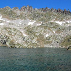 Aiguilles du pic Arrouy - Ces aiguilles (à 2 710 m) au-dessus du lac du Pourtet, sont très belles a voir. Elles me faisaient penser à la dentition d'une mâchoire de saurien antédiluvien... !