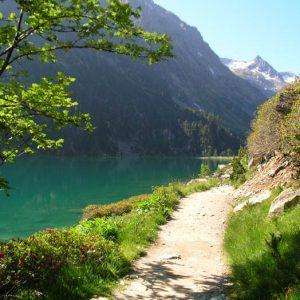 Berge ouest du lac...  Aux premiers rayons du soleil de juin, dans la tranquillité du matin, ce lac est un pur bonheur... !