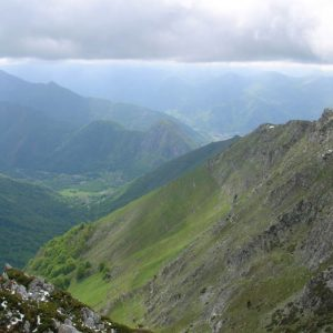 Vallée de Boutx - Vue, du pic de l'Escalette, sur le village de Boutx (741m)