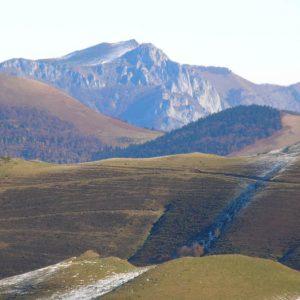 Cap de Pouy, pic du Gar et l'Oudérou - De gauche à droite (soit nord vers est), le cap de Pouy de Hourmigué (1 685 m), le pic du Gar et le sommet de l'Oudérou (1 620 m)