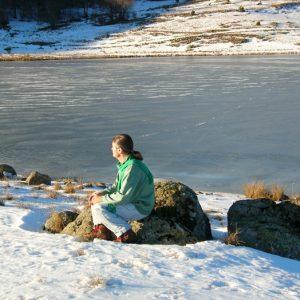 sur la berge du lac des Pises l'hiver
