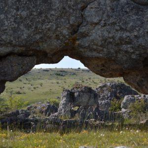 """arche et """"fenêtre"""" - Chaos de Nîmes-le-Vieux"""