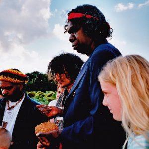 Cosmosapiens - en partant de la gauche de la photo... David Ngoombujurra Starr, Wayne Jowandi Barker, et notre dernière fille à 11 ans devant Djunawong Stanley Mirindo..