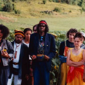 Karom Thomasson - Cosmosapiens 2000, fut le concept et la création de l'artiste Karom Thomasson, à droite sur la photo... En partant de la gauche... Wayne Jowandi Barker, David Ngoombujurra Starr, et Djunawong Stanley Mirindo...