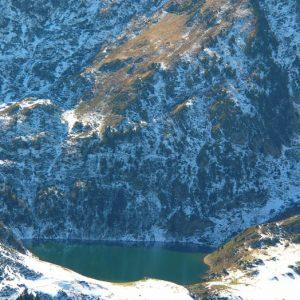 Lac de Bareilles et sommet du Tech - Le sommet du Tech, à 2 138 m, versant nord surplombant le lac