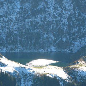 Lac de Bareilles... Contre-jour qui met en valeur ce lac comme un joyau au pied de la face nord du Tech