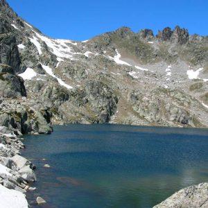 Le lac du Pourtet et les Aiguilles d'Arrouy - Vue du sud du lac, vers le déversoir, sur le sentier qui mène au lac Nère en aval