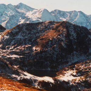 Sur l'est du Tech, le pic du Lion (2 102 m), et en arrière le pic de Shrader, 3 174 m, pics de l'Abeille (3 029 m), de Bacou (2 975 m), de Lustou (3 023 m)