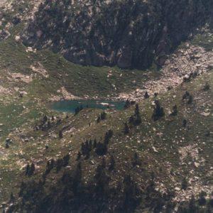Lac Hount Hérède - Petit lac situé à 2 079 m d'altitude, ici en perspective depuis les lacs d'Estibe Aute...
