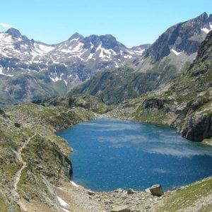 Le lac Nère - Arrivée en surplomb du lac du Pourtet au lac Nère situé à 2 309 m, à l'horizon au sud, le grand pic de Péterneille (2 764 m) et la pointe de La Muga (2 727 m)