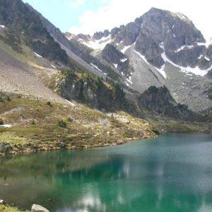 Lac d'Ilhéou - Vue du côté nord, au loin le pic de Courounalas (2 566 m)