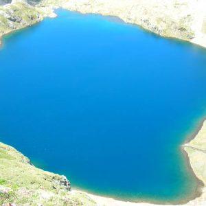 Lac des Oulettes d'Estom - Vue à 2 495 m, au-dessus du pont Naturel