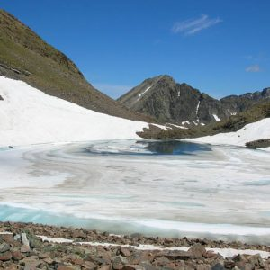 Lac du Col - Encore glacé fin juin, le petit lac du Col avec en fond le pic de Pébigneau