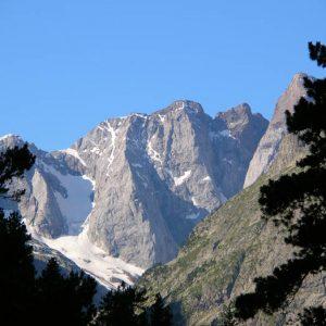 La pointe Chausenque - En arrivant dans la vallée de Gaube, avant le lac, le piton Carré 3 197 m et la pointe Chausenque 3 204 m