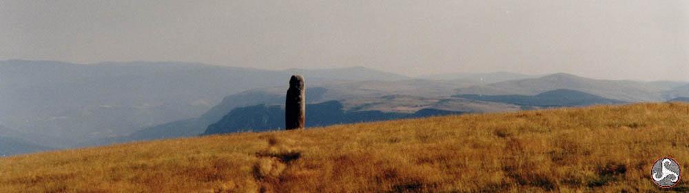 Menhir à la Cham des Bondons - Mont Lozère, à l'horizon le causse Méjan