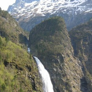 La cascade d'Oo... devant le piton d'Espingo, 2 406 m d'altitude