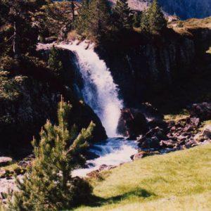 Cascade du lac d'Estom - À 1 800 m, cette cascade suit le déversoir du lac d'Estom