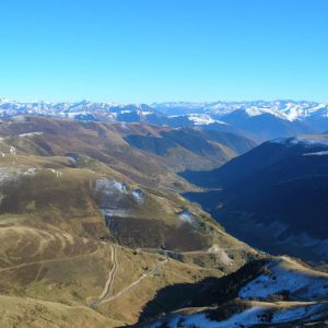 Vallée d'Oueil - Panorama au couchant vers le sud-est, sur la vallée d'Oueil (1 300 m), en fond le massif du Val d'Aran en Espagne