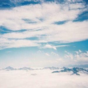 Mer de nuages (et cirrostratus) en Pyrénées - Au-dessus de la Mongie, en Bigorre, au loin... massif de l'Arbizon