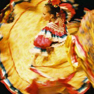 Tourbillon étincelant... Danseuse du Ballet Huichol... Mexique