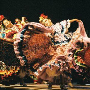 Ballet Huichol... Cet ensemble du Mexique est composé de 25 danseuses et danseurs et d'un mariachi* de 10 musiciens *Mariachi veut dire... : ... « un concept musical des plus intéressant »...