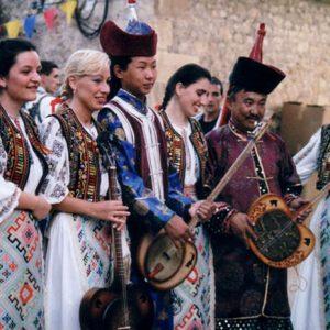 Fraternité des Peuples - Romanasul, ensemble originaire de Cluj-napoca (Roumanie) et Touvas (Mongols de Russie) de l'ensemble Ienesse, originaire de Kyzyl, à Montignac (24), festival 2000