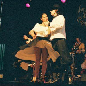 Latino... ! Latino... ! Et de la beauté... de la grâce... !