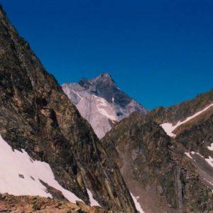 Col d'Estom Soubiran - Le Vignemale dans l'échancrure sur le sentier qui mène au col des Gentianes...