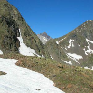Col d'Estom Soubiran, 2 652 m - Entre le lac Glacé, avant d'arriver au lac du Col, le Vignemale dans l'échancrure du col...
