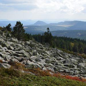 Mont Mezenc, flanc sud-ouest, vue sur le Mont Gerbier de Jonc au centre