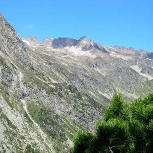 Grand Pic des Paloumères, 2 758 m - Panorama montrant le dénivelé du sentier qui mène du refuge d'Estom aux lacs d'Estibe Aute...
