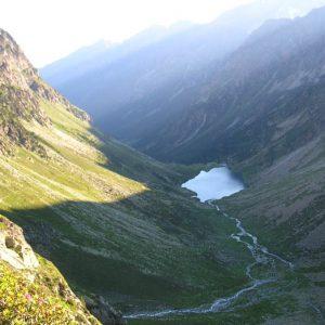 Gave d'Estom Soubiran - À 1 925 m, vue du sentier au petit matin, qui mène au col des Gentianes