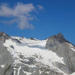 Le glacier d'Ossoue - Entre le Montferrat, 3 219 m, et le Vignemale (à droite), 3 298 m, le glacier se situe à 2 419 m à sa base et à 3 195 m à son sommet