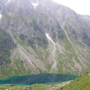 Reflets... Le Lac d'Estom au pied du Pébignau, au petit matin sur le sentier vers Estibe Aute...