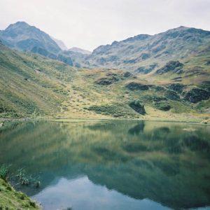 Lac d'Aygue Rouye - À l'horizon... le massif de Bigorre