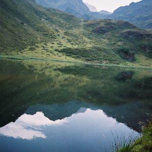 Lac d'Aygue Rouye - La silhouette du Pic du Midi de Bigorre à l'horizon...