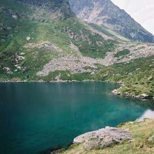 Lac de Peyrelade - Côté ouest du lac...et son arrivée... vers le pic de l'Ambarrète 2 213 m