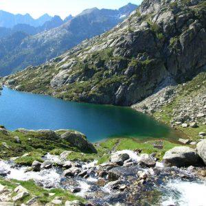 Le lac inférieur de l'Embarrat - Vue du déversoir du lac supérieur