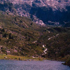 Le lac Plaa de Prat - Lac à 1 656 m, ici côté sud vers l'Espagne (Pic de Cambalès, 2 965 m, à l'horizon)