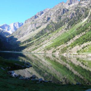 Le lac de Gaube - À 1 725 m ; ... au lever du soleil sur le lac il est encore possible de profiter de sa beauté dans le calme et le silence...