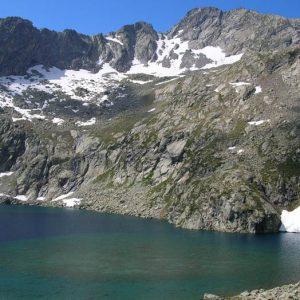 Nord du lac sud - Au pied des crêtes d'Estibe Aute (2 716 m), le lac sud...