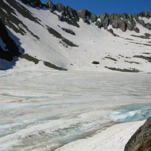 Pris par les glaces... Fin juin le lac Glacé porte bien son nom... !