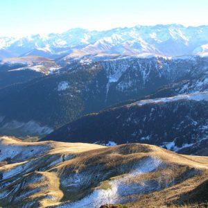 La Montagne d'Espiau - Dans le soleil du couchant au sud, la montagne d'Espiau (1900 m), plus au loin les pics du Maupas, des Cabrioules, Perdiguère, des Gourgs Blancs (pour les principaux)