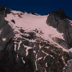 Glacier d'Ossue - Entre le Vignemale (à droite) et Montferra, 3 219 m (à gauche), le glacier à 3 150 m, vu du Col des Gentianes