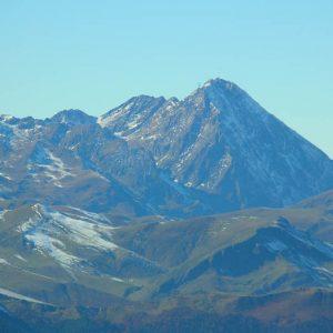 Pic du Midi de Bigorre - À 2 876 m d'alt, le pic du Midi, au-devant le Plo Del Naou (1 754 m), vers le col d'Aspin