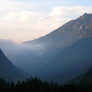 Vallée de Lutour - Le soir, la vue du refuge du lac d'Estom vers le nord, les brumes dans la vallée, derniers rayons sur les pics Cestrède et Ardiden