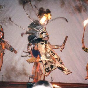 Rite à Nezahualcoyotl - En faisant des cercles de jade, en irradiant des rayons de lumières comme une plume de quetzal, Mexico est ici. À côté d'elle sont emmenés en bateau les princes, sur eux s'étend un brouillard épais. Ainsi Mexico-Tenochtitlan gardera son renom. Nezahualcoyotl