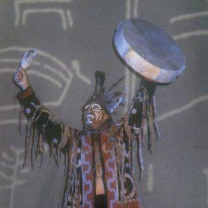 Chaman Touva (appelés aussi Ouriankha - Peuple de la forêt ) - Danse de la Gratitude aux Monts Saïan, à l'eau des rivières, aux rennes. Asie Sibérienne