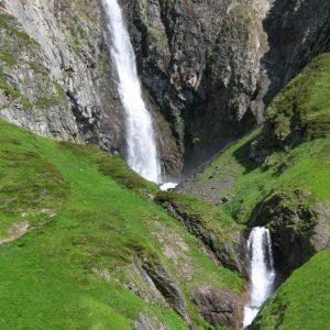 Cascade de Sahucs - Cette très jolie cascade se situe à 1 481 m, sur le sentier qui mène au lac Noir et à celui d'Ilhéou