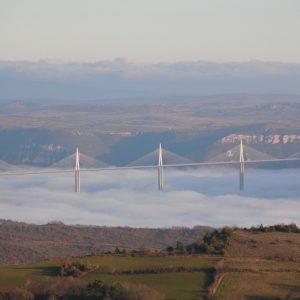 """Le Viaduc de Millau, """"voilier"""" sur la mer de nuage"""